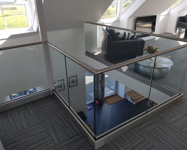 Frameless balustrade with handrail