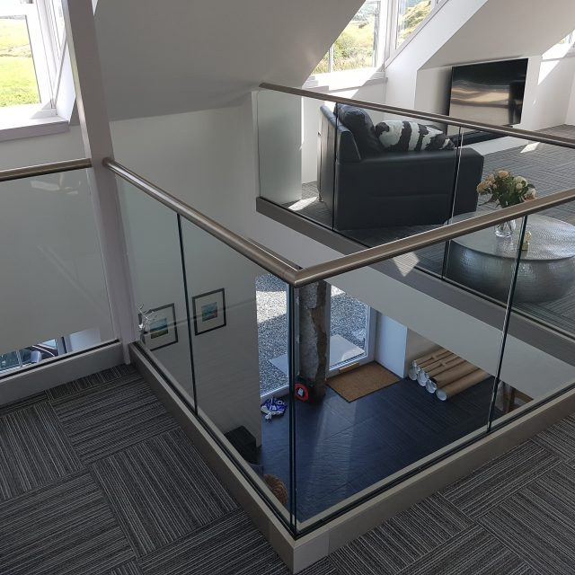 Frameless balustrade with handrail
